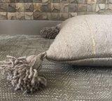 Marokkaans pompom deken 175x285 cm pearl/sand with silver lining inclusief 2 kussens_